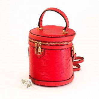 КОД: 0228 Малка дамска чанта от плътна и висококачествена еко кожа в червен цвят
