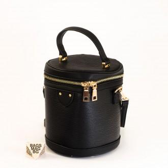 КОД: 0228 Малка дамска чанта от плътна и висококачествена еко кожа в черен цвят