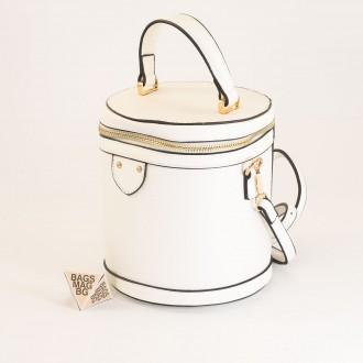 КОД: 0228 Малка дамска чанта от плътна и висококачествена еко кожа в бял цвят