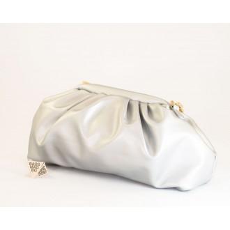 КОД: 0618 Дамска чанта от плътна и висококачествена еко кожа в сребърен цвят