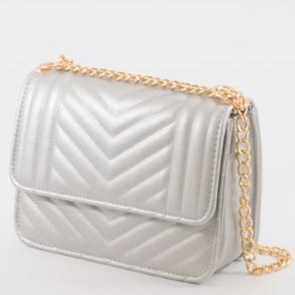 КОД : 2055 Дамска чанта от плътна и висококачествена еко кожа в сребърен цвят