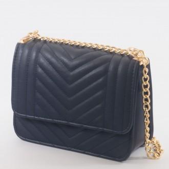 КОД : 2055Дамска чанта от плътна и висококачествена еко кожа в тъмно син цвят