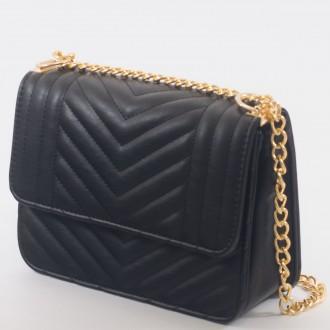 КОД : 2055 Дамска чанта от плътна и висококачествена еко кожа в черен цвят
