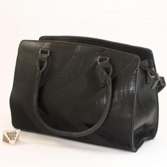КОД : 2357 Дамска чанта от плътна и висококачествена еко кожа в черен цвят