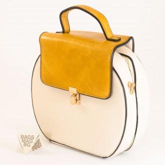 КОД: 393 Малка дамска чанта от плътна и висококачествена еко кожа в светло бежов цвят