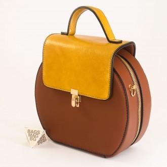 КОД: 393 Малка дамска чанта от плътна и висококачествена еко кожа в кафяв цвят