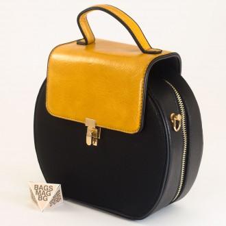 КОД: 393 Малка дамска чанта от плътна и висококачествена еко кожа в черен цвят
