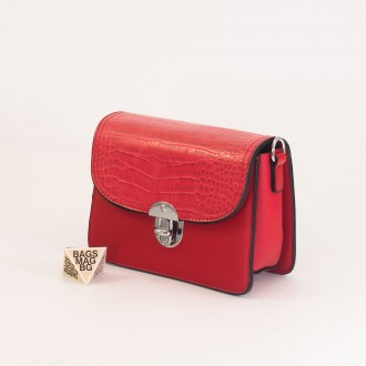 КОД : 7204 Малка дамска чанта от плътна и висококачествена еко кожа в червен цвят
