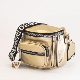 КОД: 8951 Малка дамска чанта от плътна и висококачествена еко кожа в цвят злато