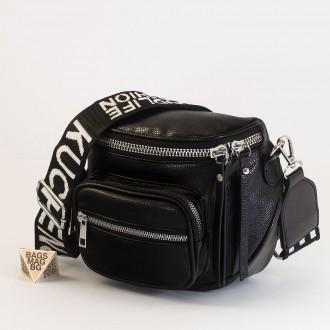 КОД:  8951 Малка дамска чанта от плътна и висококачествена еко кожа в черен цвят