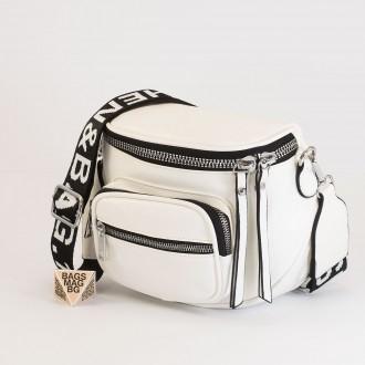 КОД: 8951 Малка дамска чанта от плътна и висококачествена еко кожа в бял цвят