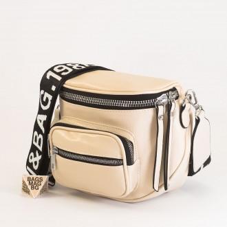 КОД: 8951 Малка дамска чанта от плътна и висококачествена еко кожа в светло бежов цвят