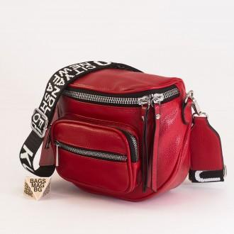 КОД: 8951 Малка дамска чанта от плътна и висококачествена еко кожа в червен цвят