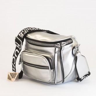 КОД: 8951 Малка дамска чанта от плътна и висококачествена еко кожа в сребърен цвят