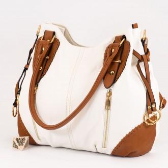 КОД: 9885 Дамска чанта от плътна и висококачествена еко кожа в бял цвят