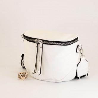 КОД: A2407 Малка дамска чанта от плътна и висококачествена еко кожа в бял цвят
