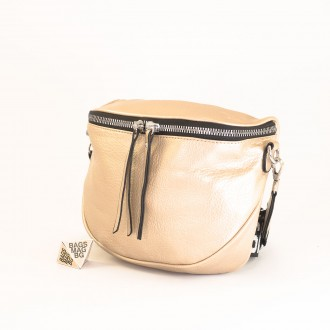 КОД: A2407 Малка дамска чанта от плътна и висококачествена еко кожа в цвят злато