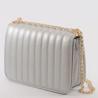 КОД : 2150 Дамска чанта от плътна и висококачествена еко кожа в сребърен цвят
