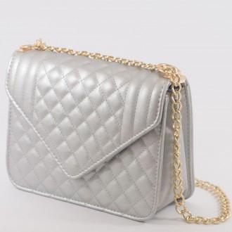 КОД : 2350 Дамска чанта от плътна и висококачествена еко кожа в сребърен цвят
