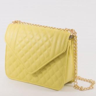 КОД : 2350 Дамска чанта от плътна и висококачествена еко кожа в жълт цвят