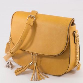 КОД: D204 Дамска чанта от плътна и висококачествена еко кожа в жълт цвят
