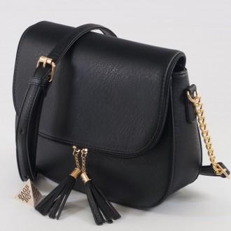 КОД: D204 Дамска чанта от плътна и висококачествена еко кожа в черен цвят