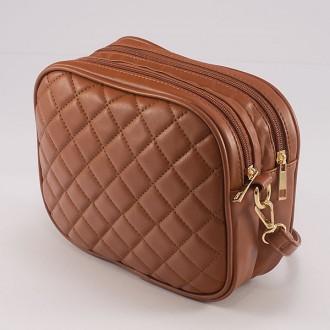 КОД: 883 Малка дамска чанта от плътна и висококачествена еко кожа в кафяв цвят