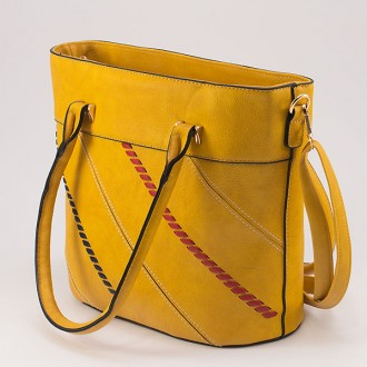 КОД: 1074 Дамска чанта от плътна и висококачествена еко кожа в жълт цвят