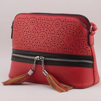 КОД: 2332 Дамска чанта от плътна и висококачествена еко кожа в червен цвят