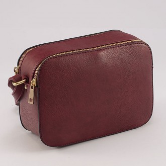 КОД : 8190 Малка дамска чанта от плътна и висококачествена еко кожа в червен цвят